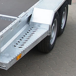 Platforms integrated with mudguards. Provided with anti-slip surfaces. They facilitate access to the transported machine.