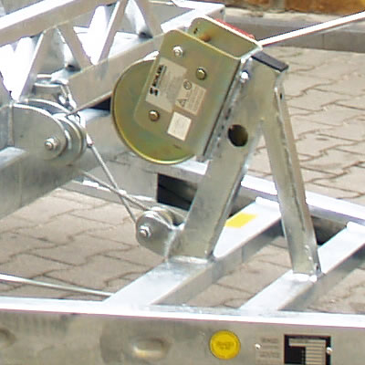 A robust rope winch with an automatic brake, provided with a system of bearing-installed roller for more smooth operation.