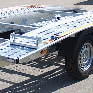 Robust, steel carrier platform. Its perforated surface facilitates car attachment and improves security.
